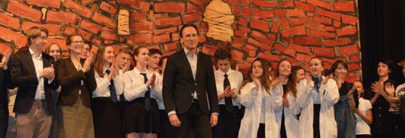 Prof. Zahornicky mit den Schülern des Bühnenspiels