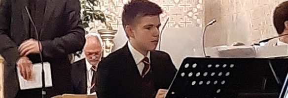 Dürschmied Sohn spielt Klavier