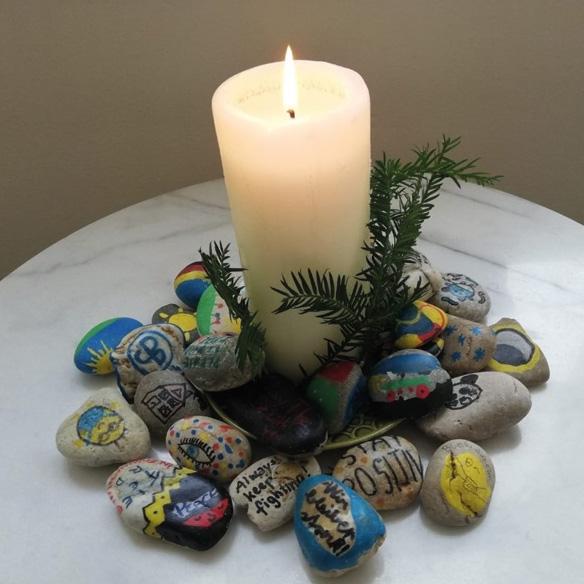 Kerze mit Steinen